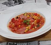 Tomatensuppe mit Zucchini, Paprika und Mais (Bild)
