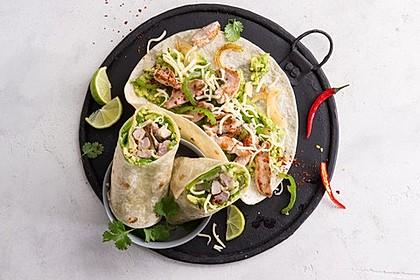 Burrito mit Schweinefleisch und Avocado-Salsa