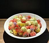Salat mit Tomaten, Mozzarella und Melone (Bild)
