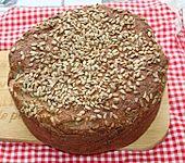Dinkel-Weizen-Sauerteig-Vollkornbrot aus dem Bräter mit Kichererbsenmehl und Kürbiskernen (Bild)
