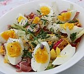 Eisbergsalat mit Gurke, Schinken, Käse und Ei an Joghurt-Knoblauchdressing (Bild)