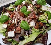 Grüner Salat mit Thunfisch, Tomaten und Oliven (Bild)