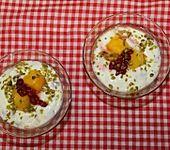 Honig-Joghurt mit Pistazien, Granatapfel und Mango (Bild)