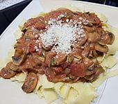 Champignons und Zucchini auf Bandnudeln (Bild)