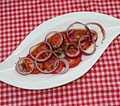 Tomaten-Zwiebel-Salat mit Balsamico-Leinöl-Dressing (Bild)