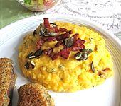 Kürbis-Kartoffel-Püree mit Speck und Kürbiskernen (Bild)