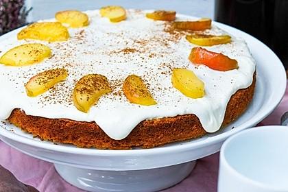 Kürbis-Apfelkuchen mit Frosting und karamellisierten Apfelschnitzen (Bild)