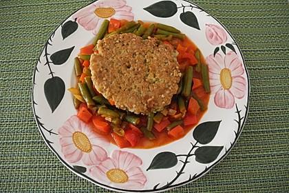 Quinoa-Bratling auf Bohnen-Paprika-Gemüsebett (Bild)