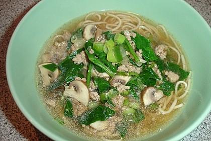 Misosuppe mit Nudeln und Schweinehackfleisch (Bild)