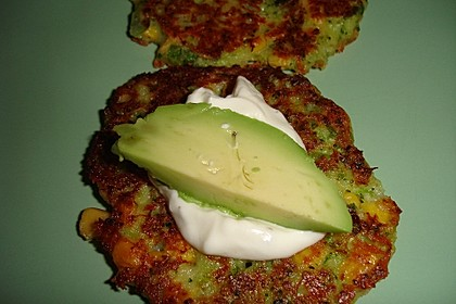 Gemüsepuffer mit Brokkoli, Mais und Käse (Bild)