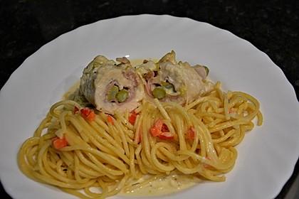 Hühnerrouladen mit Spargel-Schinken-Käse-Füllung und Paprika-Knoblauch-Obers-Spaghetti (Bild)