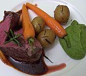 Rinderfilet an Rotweinsoße mit Rosmarinkartoffeln, Karotten und Erbsenpüree, für Vegetarier gefüllte Auberginenschiffchen mit Balsamico-Zwiebeln (Bild)