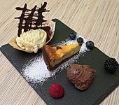 Variation von Schokolade mit Früchten, weißem Schokoladeneis mit Tonkabohne (Bild)
