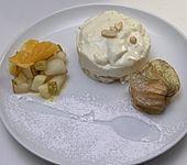 Joghurt-Limetten-Panna Cotta auf Cantucciniboden mit Ingwer-Obstsalat (Bild)