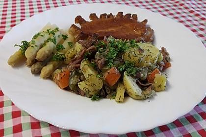 Warmer Kartoffelsalat mit Schinken und Zwiebeln (Bild)