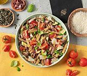 Nudelsalat mit gegrillten Zucchini, Sardellen, Kirschtomaten, Kürbiskernen und Grana Padano (Bild)