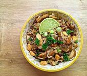 Pikanter Reissalat mit Champignons und Erdnüssen (Bild)