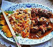Szechuan Rindfleischbällchen in Pilzsauce mit breiten Nudeln (Bild)