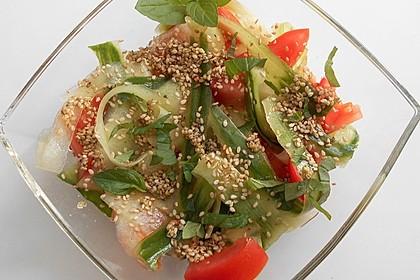 Gurkensalat mit Tomaten und Sesam (Bild)