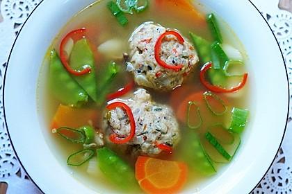 Schwäbische Brezenknödelsuppe mit Gemüse (Bild)