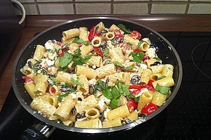 Nudeln mit Tomaten, Schafskäse und Oliven 8