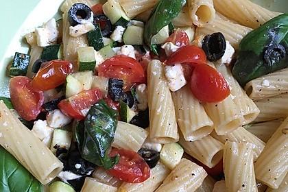Nudeln mit Tomaten, Schafskäse und Oliven 44