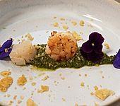 Weiße Spargelsuppe mit Jakobsmuschel, Garnelenschwanz, Basilikumpesto, Veilchen und Parmesan-Crumble (Bild)