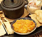 Samosas mit Frucht – gefüllte, frittierte Teigtaschen, mit Kartoffel-Blumenkohlfüllung und Mangochutney (Bild)