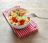 Nudelsalat  mit Tomate und Mozzarella (Bild)