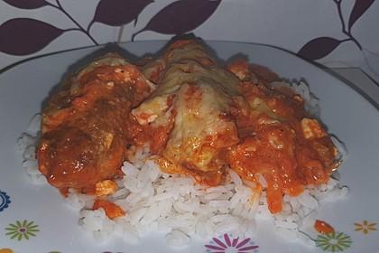 Cevapcici mit serbischer Soße und Käse überbacken (Bild)
