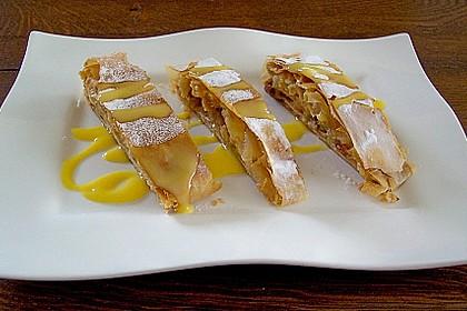 Warmer Apfelstrudel mit Vanillesauce