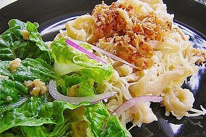 Gemischter Blattsalat mit roten Zwiebeln und Walnusskernen 5