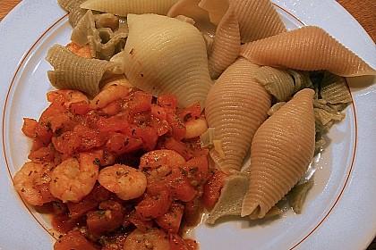 Nudeln mit frischen Tomaten und Scampi