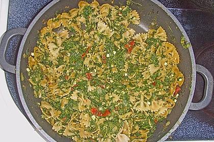Pasta mit pikantem Spinat und Pinienkernen 12