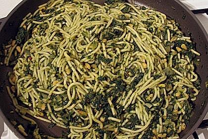 Pasta mit pikantem Spinat und Pinienkernen 10