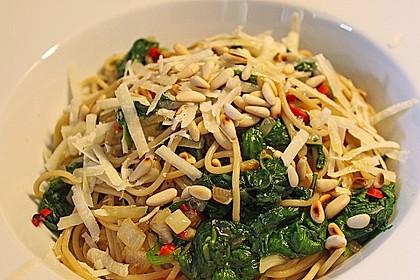Pasta mit pikantem Spinat und Pinienkernen 3
