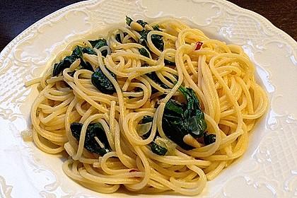 Pasta mit pikantem Spinat und Pinienkernen 7