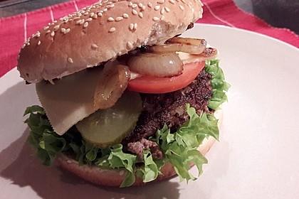 Cheeseburger mit Gurke und Tomate