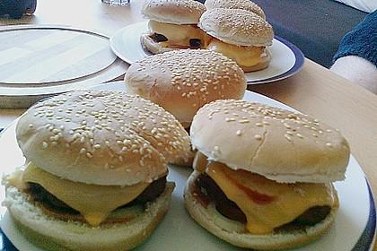 Cheeseburger mit Gurke und Tomate 6