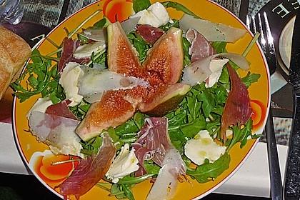 Rucolasalat mit Feigen, Mozzarella und Parmesan (Bild)
