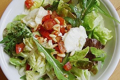 Gemischter Blattsalat mit Pinienkernen und gebratenem Ziegenkäse 2