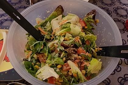Gemischter Blattsalat mit Pinienkernen und gebratenem Ziegenkäse