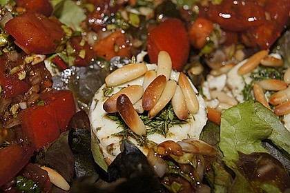 Gemischter Blattsalat mit Pinienkernen und gebratenem Ziegenkäse 6