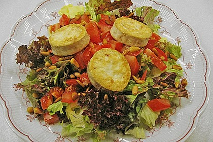 Gemischter Blattsalat mit Pinienkernen und gebratenem Ziegenkäse 3