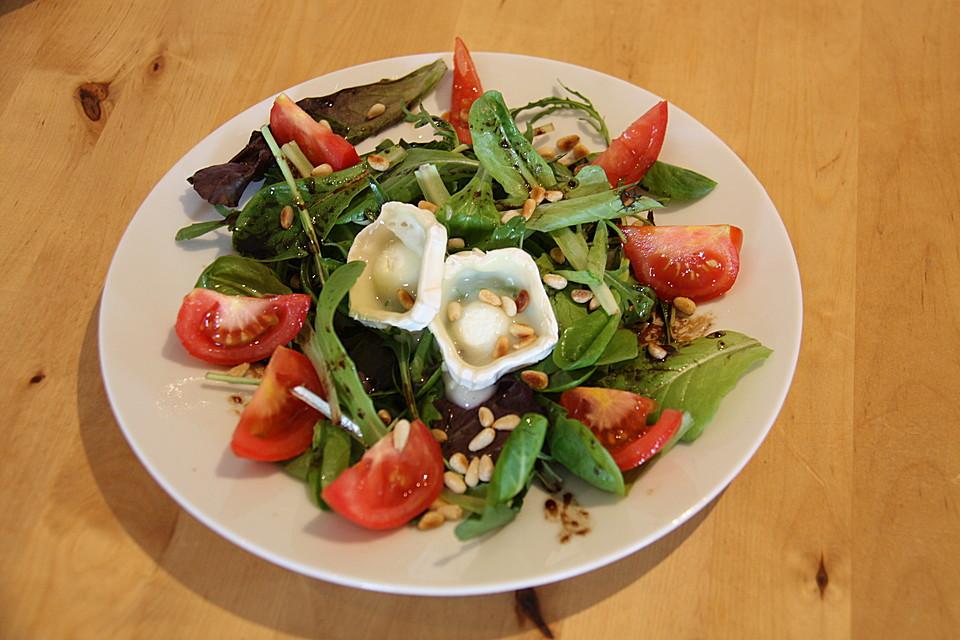 Gemischter Blattsalat Mit Pinienkernen Und Gebratenem Ziegenkäse Von