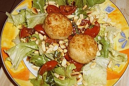 Gemischter Blattsalat mit Pinienkernen und gebratenem Ziegenkäse 7