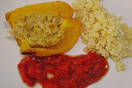 Paprika mit Kichererbsenmus gefüllt