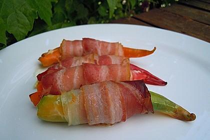 Peperoni gefüllt mit Frischkäse im Bacon Mantel