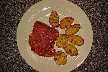 Schnitzel mit einer Parmesan - Thymian - Panade mit Rosmarinkartoffeln 9