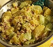 Frischer Kartoffelsalat mit Speck und Gurke (Bild)